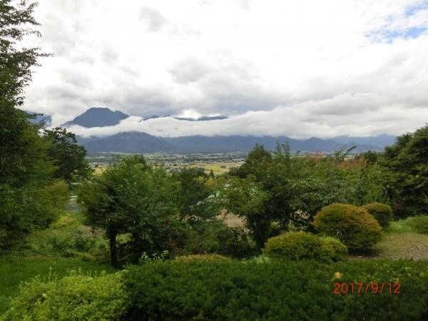 この日は雲がかかる中央アルプスと安曇野盆地の風景。初秋の雰囲気です。