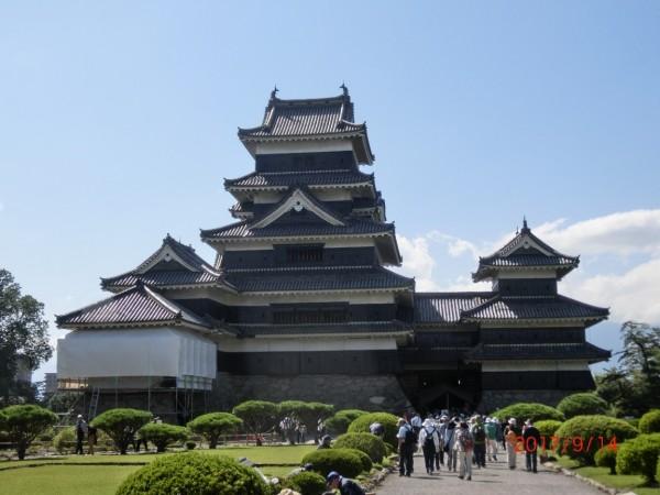 国宝の松本城。訪れた時は晴天になりました。