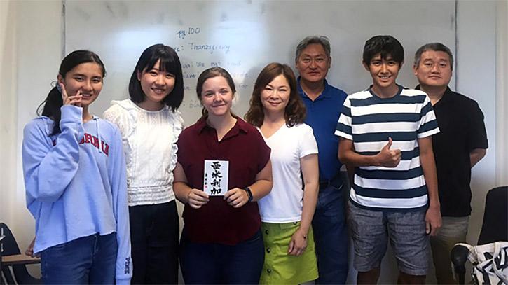 先生と生徒。左の二人は、IGE留学生の朋花さんと志保さん